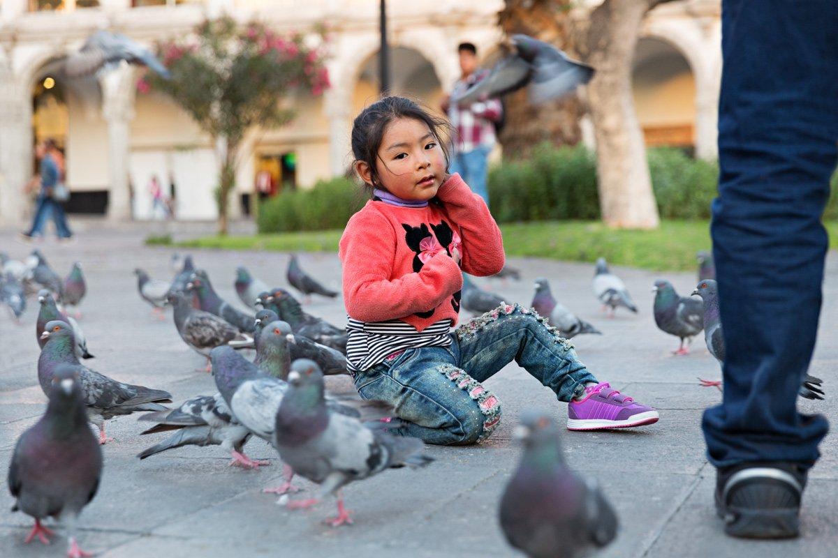 Viaggio in Perù tra la gente. Una bambina nella Plaza de Armas di Arequipa
