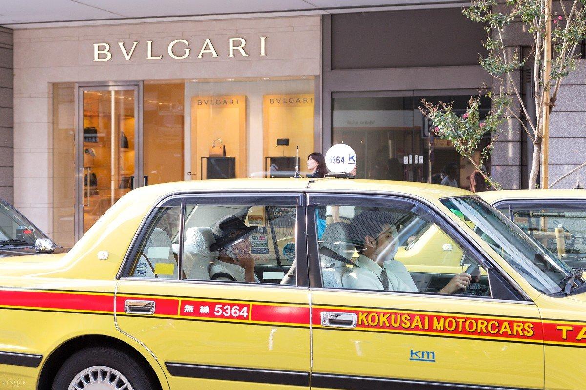Un tassista guida con compostezza il suo taxi. Tokyo - Giappone