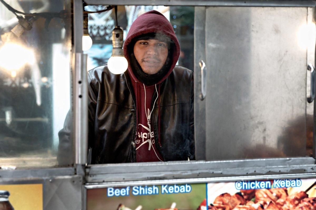Un venditore di Hot Dogs e Kebab a Manhattan - New York