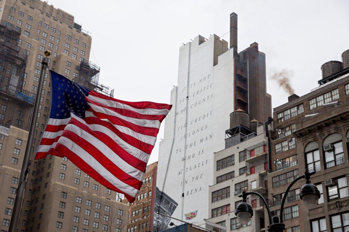 La bandiera americana con le parole di Theodore Roosevelt. New York - Stati Uniti d'America