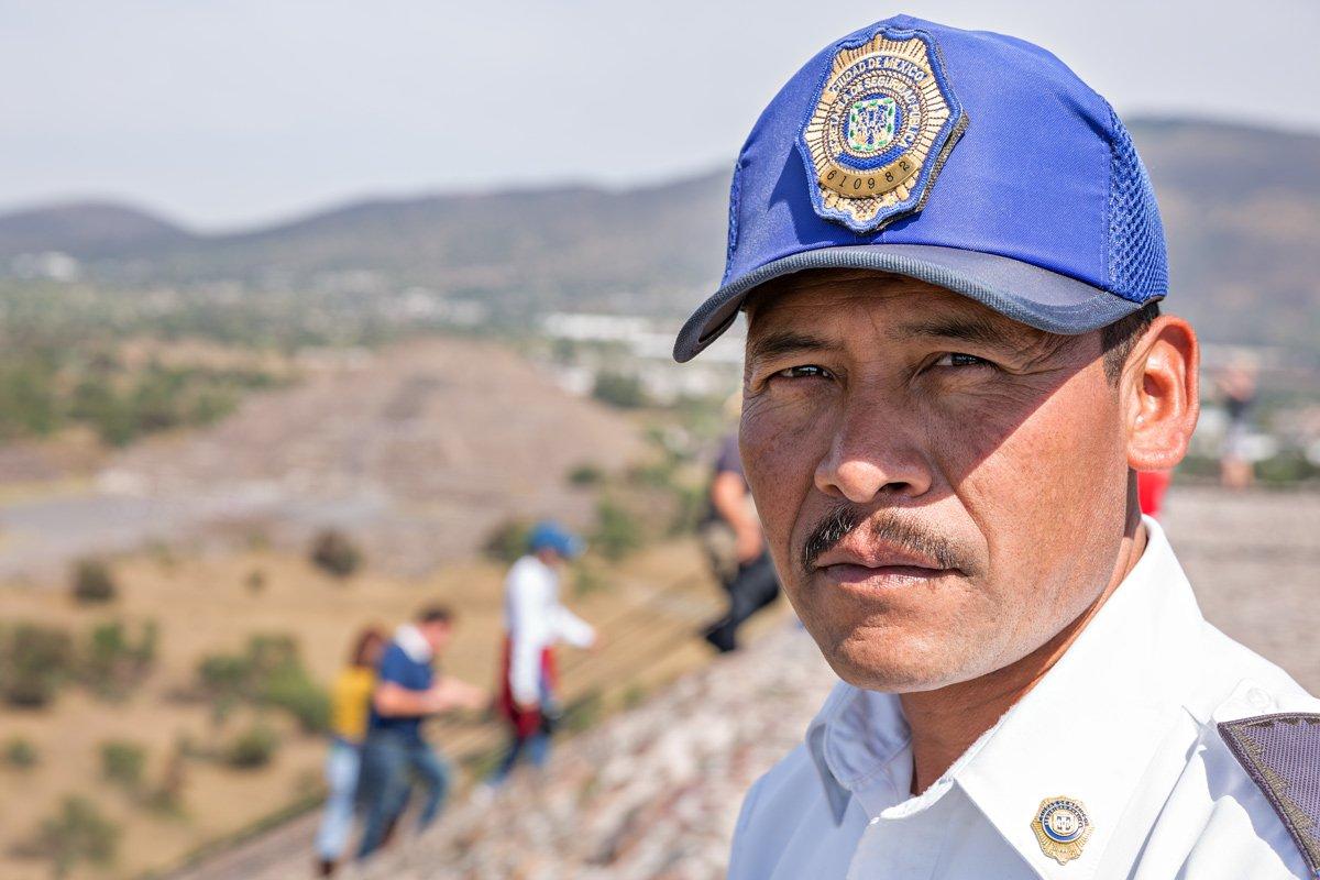 Una guardia controlla i turisti  dall'alto della piramide di Teotihuacan (Messico)
