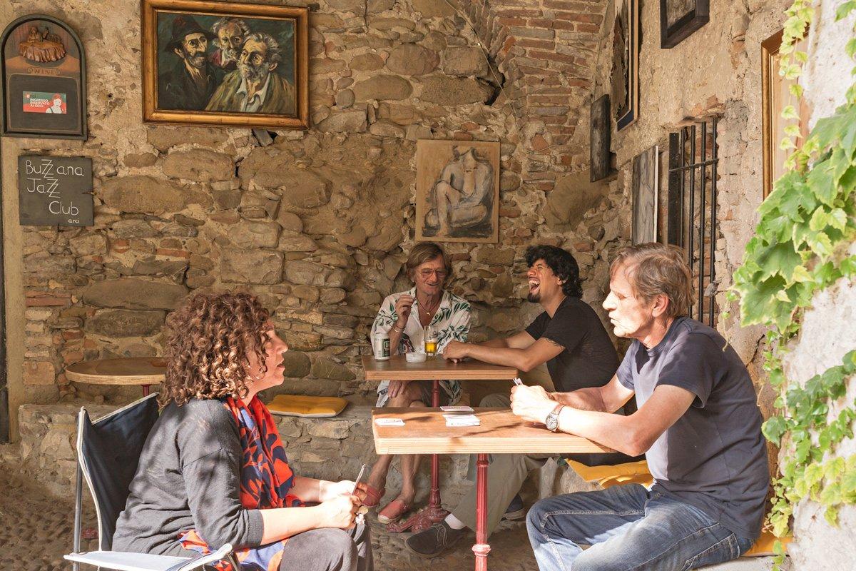 Nel piccolo comune di Bussana vecchia, un manipolo di amici al bar