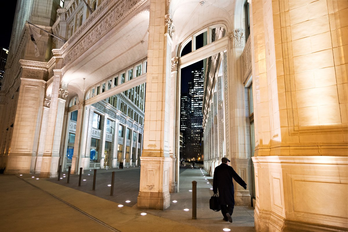 Un uomo esce dal Wrigley Building dopo l'orario d'ufficio. Chigago