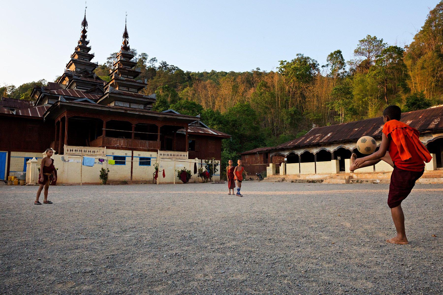 Piccoli monaci che giocano a calcio - Birmania