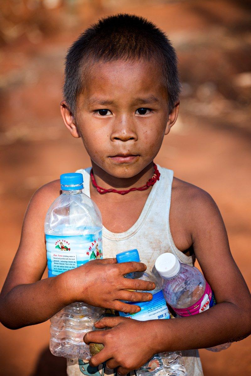 La raccolta della plastica di un bambino. Per lui è un tesoro