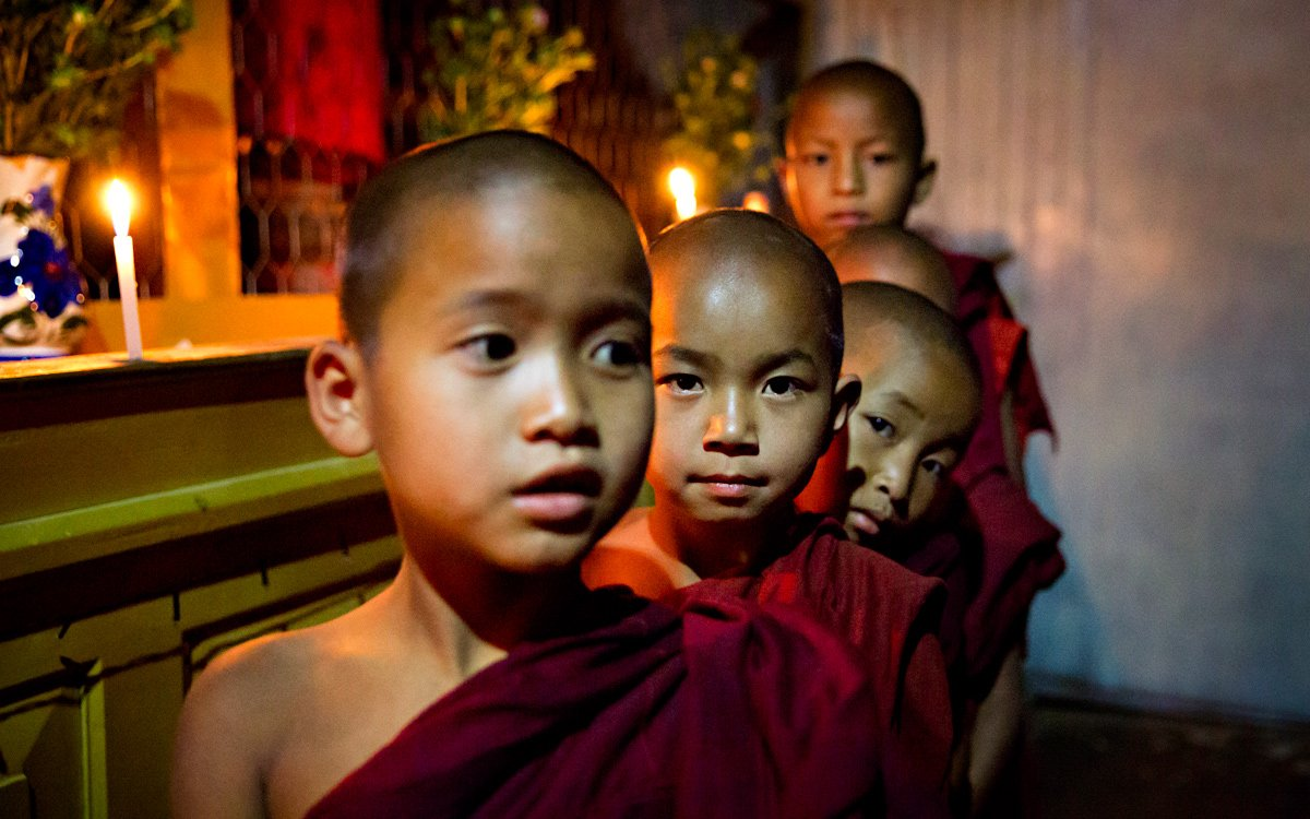 Piccoli monaci all'interno di un tempio in Myanmar