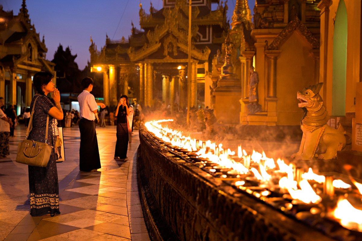 La Shwedagon Pagoda di Yangon dopo il calare del sole