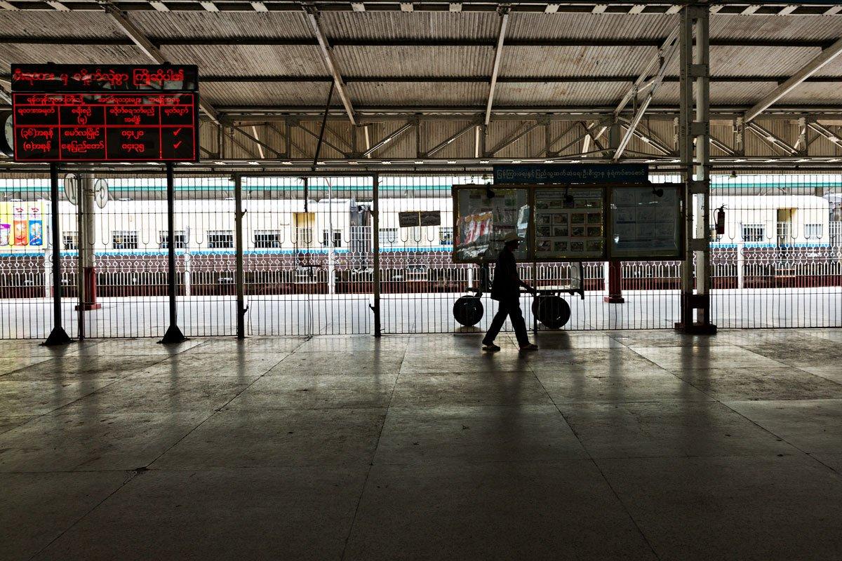 L'interno della stazione di Yangon, Myanmar