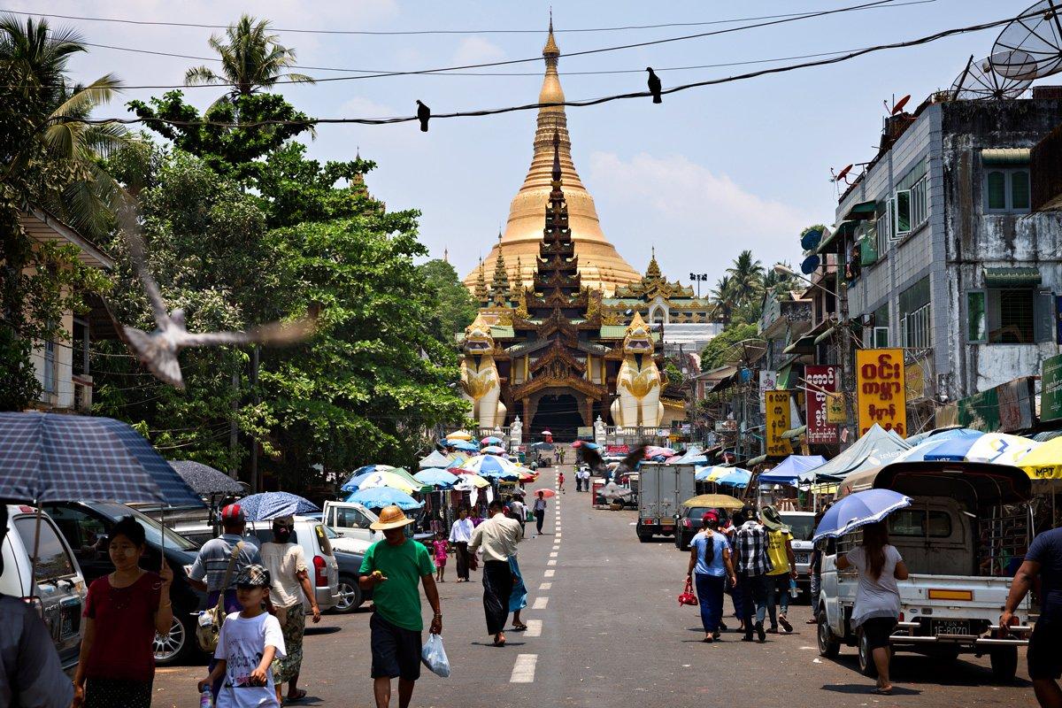 Uno degli ingressi alla Shwedagon pagoda