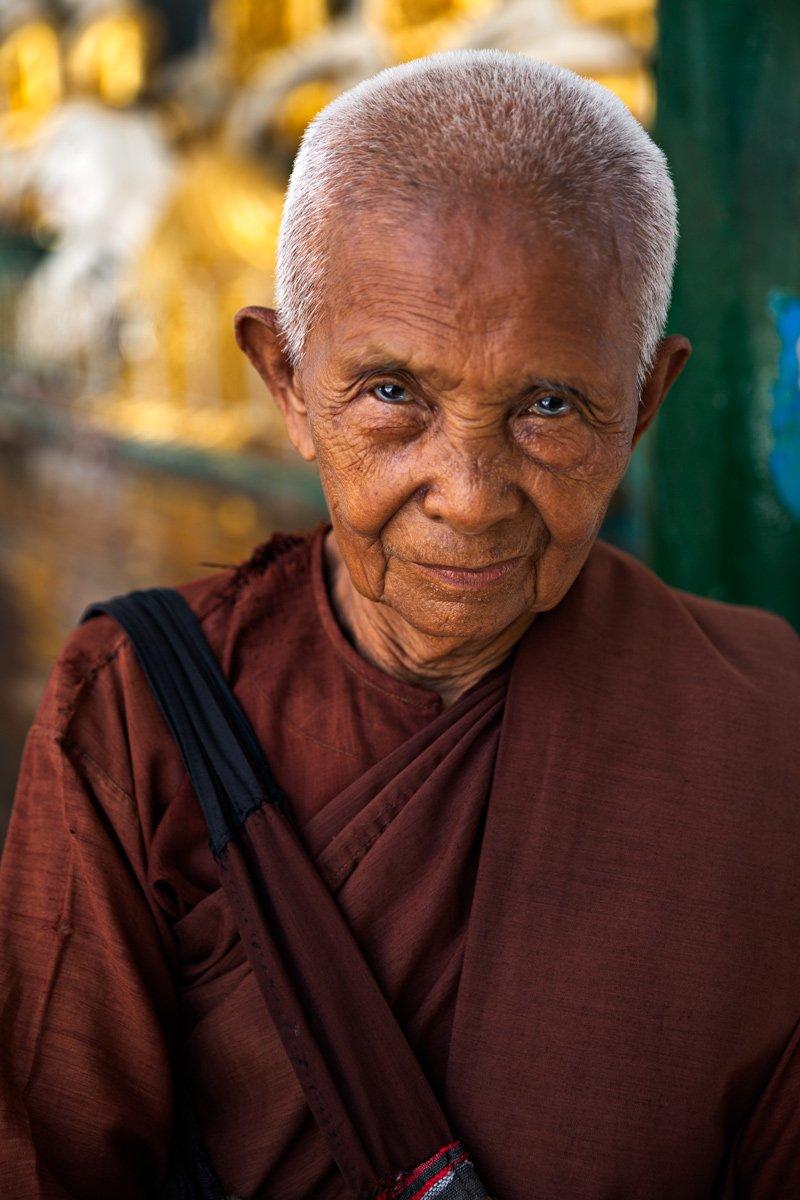 Un anziano monaco alla Shwedagon Pagoda