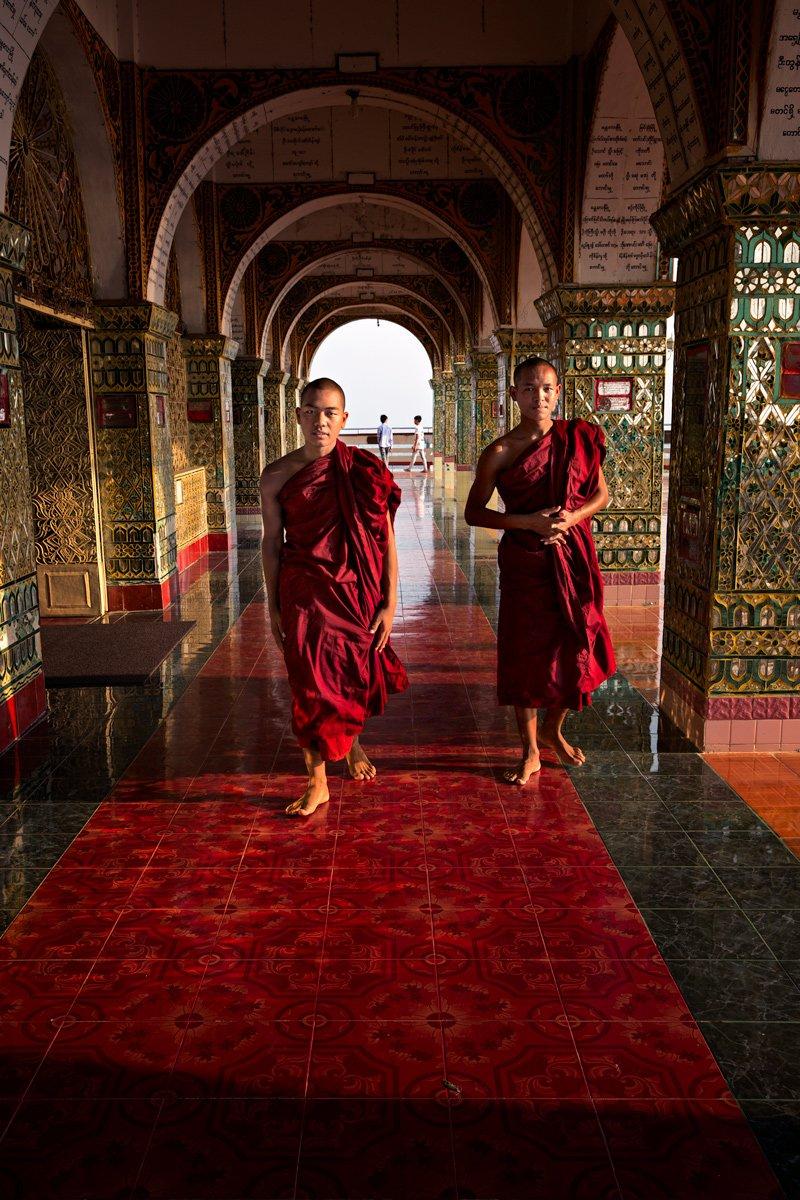 Due monaci si avvicinano a me in un tempio di Mandalay