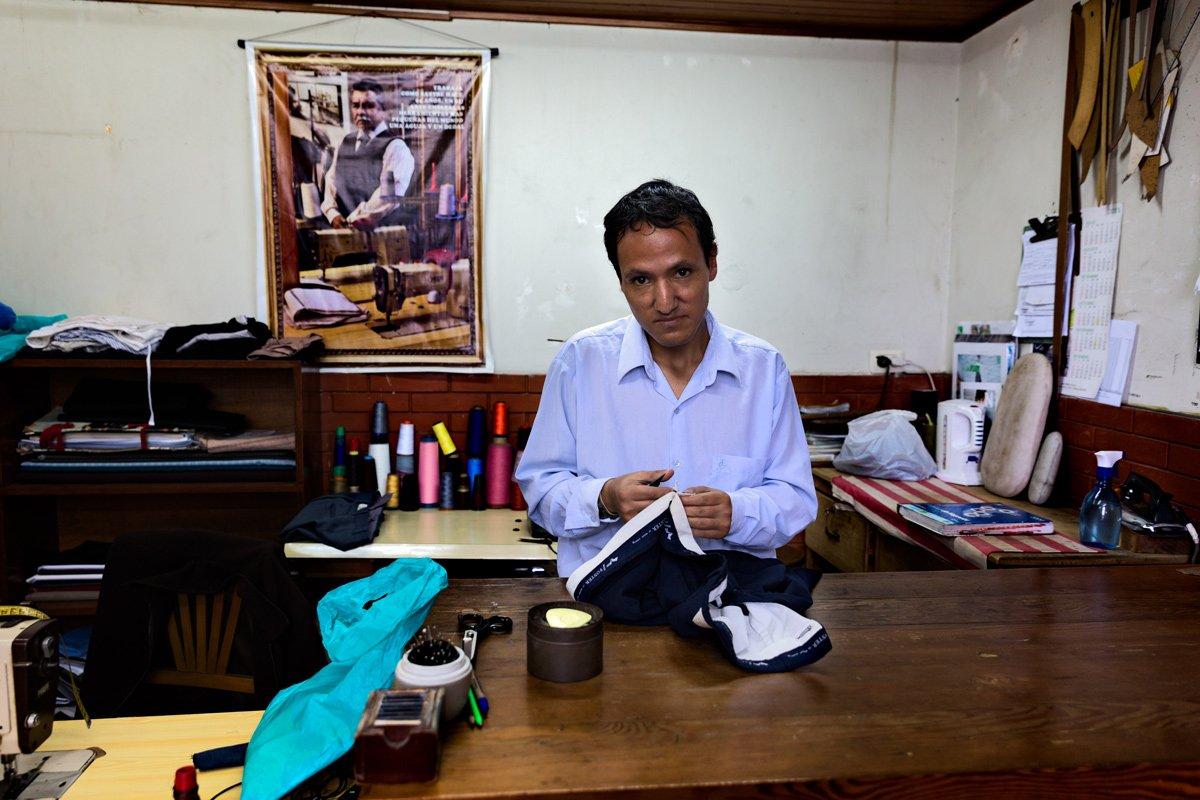 Un uomo lavora in una piccola bottega di Lima, in Peru