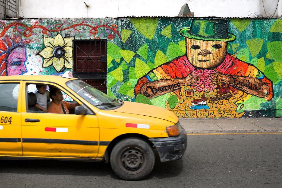 Un uomo e suo figlio guidano un taxi a Barranco, Lima (Perù)