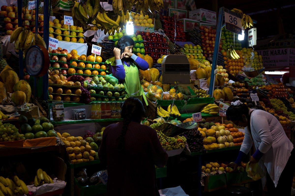 Una venditrice di frutta al dettaglio, Arequipa (Perù)