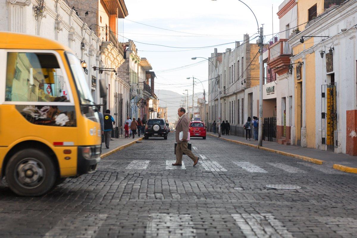 Un uomo ritorna a casa dopo una giornata di lavoro, Arequipa (Perù)