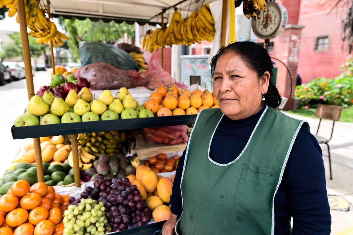 Una venditrice di frutta nelle strade di Lima, Perù