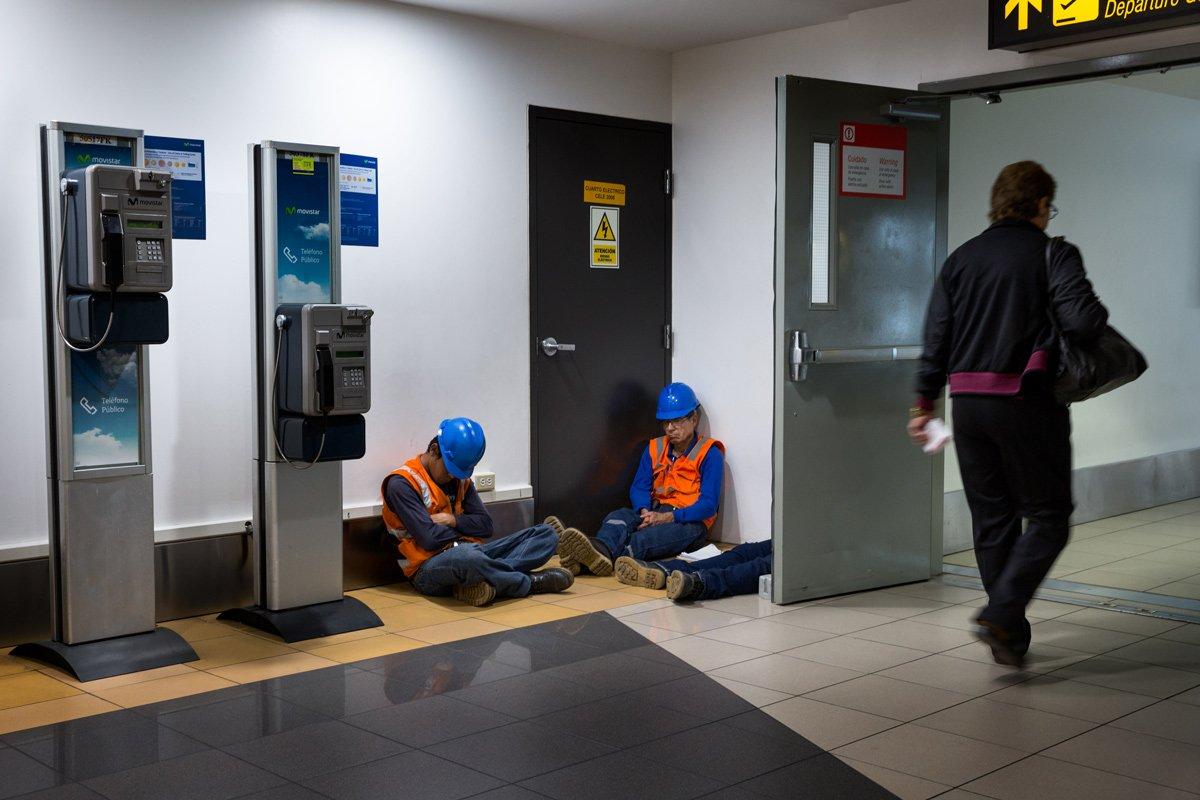 Tre lavoratori, probabilmente militanti reduci da un turno di notte - Lima (Perù)
