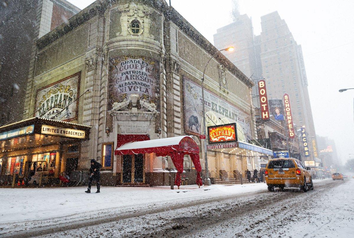 Passeggiando tra i teatri di Broadway nei pressi di Times Square, New York