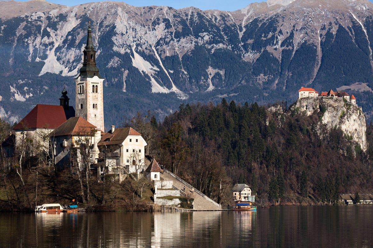 Il castello di Bled si erge imponente ed arroccato. Al di sotto il lago con l'isola e la chiesa