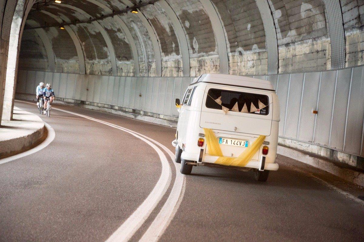 Gli sposi si recano al ricevimento con un Minivan Volkswagen