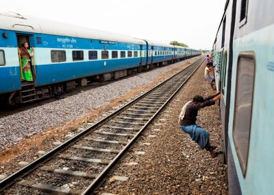 Un treno riparte dalla sosta, Uttar Pradesh - India