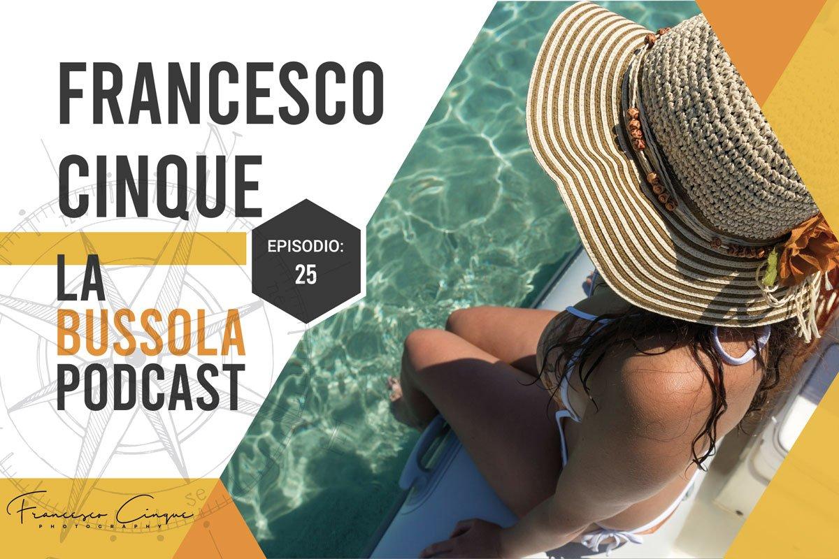 Ragazza al mare in Sardegna col cappello da sole